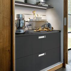 next125 - NX 502 Sandgrau matt. Schrank mit versteckter Arbeitsplatte und Küchengeräten