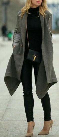 Caedigan gris.   Jeans negros.  Blusa negra