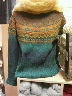 Klikk for å forstørre bilde ........ Strikkekitet includes yarn and pattern for the sweater. Kauni yarn is 100% wool. EZ color is the base color and the EU in the pattern color. Yarns enough for all sizes from S to XL. NOK 398.00 (Norwegian)