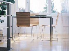 Sledestoel met houten zit en rug in verschillende houtuitvoeringen.