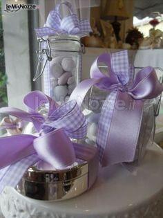 http://www.lemienozze.it/operatori-matrimonio/bomboniere/qualcosa_in_piu/media/foto/8 Tris di bomboniere portaspezie con nastro color lilla.