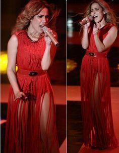 Wanessa investiu no cinto marcando a cintura alta, num vestido com franjas longas. Arrasou