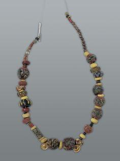 #Halskette  Basel, um 570 n. Chr. Fundort: Gräberfeld Bernerring, Grab 27, Basel 58 Glasperlen, eine Bernsteinperle und zwei Goldanhänger // ENGLISH: #Necklace  ca. AD 570 Found in the burial site at Bernerring, grave 27, Basle 58 glass beads, one amber bead and two gold pendants length 33 cm Necklace #archaeology #archaeologie #schatz #schmuck #topf #stein #stone #gem #basel #schweiz #switzerland #excavations #grabungen #jewelry #hmb
