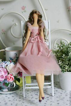 Купить или заказать Текстильная кукла Жизель в интернет-магазине на Ярмарке Мастеров. Жизель - текстильная кукла в стиле Тильда. Утонченная особа! Ее платье выполнено из нежного фатина цвета увядшей розы. Пожалуйста, внимательно читайте правила доставки! Если Вам нравятся мои работы, добавьте меня в СВОЙ КРУГ (в левом меню), чтобы узнавать о новинках моего магазинчика!) А также жмите на значки социальных сетей!