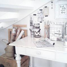 """""""Det här lilla skrivbordet plockades upp ur en container. Andras skräp kan vara riktiga guldkorn för mig! #mitthem #myhome #onlyinterior #interior4all…"""""""