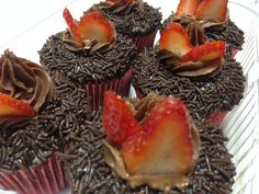 Cupcake de chocolate, com recheio de brigadeiro gourmet branco e cobertura de ganache preto com morango!!! #My Cake #MariaClaraCake #LourdinhaCake #BelinoCake #DoSeuJeito #Encomende #Saboreie #EuQuero #Deliciosos