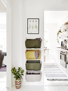 50 Scandinavian ideas to transform your home into chic living - Clever design solution such as wall hanging storage baskets are key to successful Scandinavian design. This helps with organization and helps prevent a small space from getting cluttered. Wall Hanging Storage, Hallway Storage, Hall Storage Ideas, Hanging Baskets, Small Apartments, Small Spaces, Small Hallways, Small Entryways, Farmhouse Wall Decor