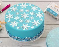 Stencil con diseño de copos de nieve,ideal para la época navideña. Losstencilsson plantillas para decorar cómodamente tartas, galletas y cupcakes. No solo se pueden utilizar, como tradicionalmente se ha hecho, para espolvorear cacao en polvo o azúcar glass a través de ellas, sino que también se pueden usar con glasa, buttercream, pinturas comestibles, aerógrafo... para obtener resultados profesionales. Si se usa glasa o buttercream, es recomendable ayudarse con laspaletas de extendido…