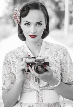 Aida Đapo - Idda van Munster - A vintage girl living in a modern . Style Vintage, Vintage Girls, Vintage Beauty, Vintage Looks, Retro Style, Retro Fashion, Vintage Fashion, Idda Van Munster, Girls With Cameras