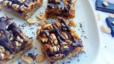 Nepečený koláčik inšpirovaný Snickers tyčinkami. Zaobídeme sa bez cukru, múky a budeme potrebovať len kvalitné suroviny.