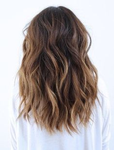 ▷ 1001 + ideas para looks de moda con color de cabello castaño - color de cabello castaño con mechones rubios, puntas para el cabello rubias, cabello medio largo, m - Onbre Hair, New Hair, Curls Hair, Tousled Hair, Hair Lice, Wavy Curls, Hair Ponytail, Medium Hair Styles, Curly Hair Styles