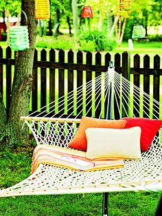 Unas almohadas de colores irían de maravilla en mi hamaca blanca. / Colorful outdoor pillows on white hammock #inspiration  #pier1outdoors #ad
