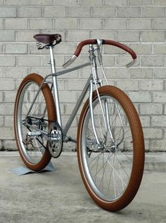 A single-speed bicycle is a type of bicycle with a single gear ratio. A single-speed bicycle is generally cheaper, lighter, and mechanic. Velo Retro, Velo Vintage, Retro Bicycle, Vintage Bicycles, Bicycle Art, Velo Design, Bicycle Design, Course Vintage, Bici Fixed
