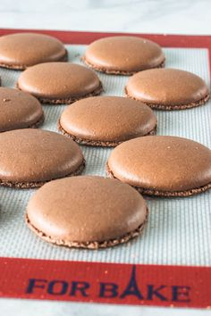 These are some rich chocolate macarons, with a dark and indulgent filling. Enjoy this detailed recipe to make your favorite gluten-free cookies! Chocolate Macaroons, Chocolate Cookies, Melting Chocolate, Gluten Free Treats, Gluten Free Cookies, Pistachio Macarons, Macaroon Recipes, Banoffee, Homemade Chocolate