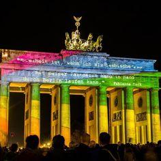 """Tradução com meu péssimo alemão: """"Liberdade é poder andar de mãos dadas com a minha namorada."""" #deutschland #germany #alemanha  #berlin #berlim #berliner #brandenburgertor #portaodebrandemburgo #freiheit #freedom #liberdade #freiheitberlin #festivaldasluzes #festivaloflights #proud #lgbtpride"""