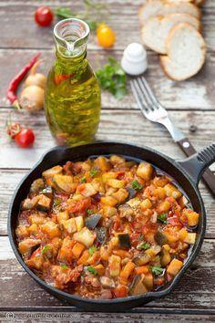 O tocanita cu legume este perfecta oricand. Este atat de gustoasa incat am pregatit-o 2 zile la rand, asa ca va invit si pe voi sa o incercati. Vegetable Ratatouille, Vegetable Stew, Vegetable Recipes, Meat Recipes, Vegetarian Recipes, Cooking Recipes, Healthy Recipes, Crock Pot Vegetables, Good Food