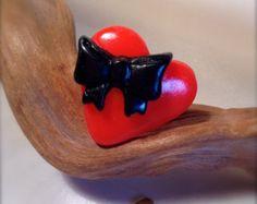 Bague coeur avec petit noeud noir. (bijou en fimo) Plusieurs couleurs disponibles !
