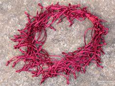 Colar fio de seda espetado