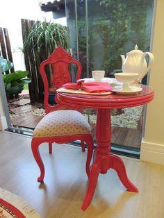 Ateliando - Customização de móveis antigos    Cadeira do acervo Ateliando com mesa fabricada sob medida também por nossa marcenaria, restauração e customizações Ateliando no Tempo!
