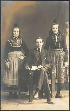 Sisters in Marburg Folk dress with (probably) their brother #Marburg #evangelisch