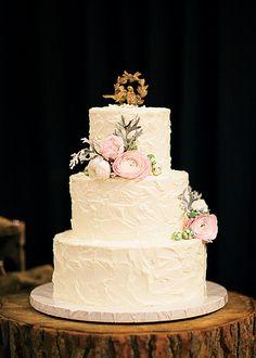 O bolo de casamento foi um red velvet com cobertura de buttercream, decorado com flores rosas