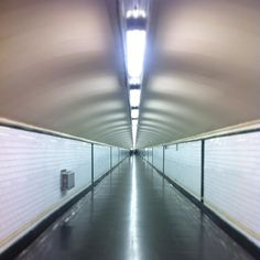 "Estos pasillos interminables recuerdan a ""Dentro del Laberinto""  These endless corridors reminds me of the '80s cult film ""Labyrint"". . . . #metro #underground #Labyrinth"