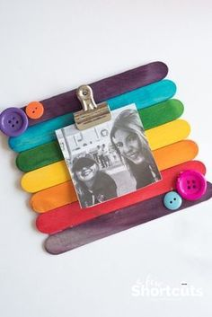This easy kids craft is so much fun! Learn how to make a DIY Popsicle Stick Picture Frame quickly and easily. Add magnets to stick it on the fridge! # DIY Gifts with pictures DIY Popsicle Stick Picture Frame - Kids Craft Mothers Day Crafts For Kids, Diy Mothers Day Gifts, Easy Crafts For Kids, Diy For Kids, Craft Kids, Creative Crafts, Children Crafts, Decor Crafts, Back To School Crafts For Kids