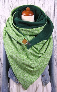 XXL triangular scarf with 2 different sides. One is a cuddly soft fleece . XXL triangular scarf with 2 different sides. One is a cuddly soft fleece in dark green, the other a beautiful cotton fa Diy Scarf, Fleece Scarf, Learn To Sew, Diy Clothing, Neck Warmer, Textiles, Cotton Fabric, Etsy, Outfits