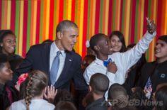 米ホワイトハウス(White House)開催された米政府の芸術・人文科学委員会(President's Committee on the Arts and the Humanities、PCAH)主催の「ターンアラウンド・アーツ・タレントショー(Turnaround Arts Talent Show)」で、サプライズゲストとして登場したバラク・オバマ(Barack Obama、左)米大統領と「自分撮り」する男子生徒(2014年5月20日撮影)。(c)AFP/Jim WATSON ▼21May2014AFP|ホワイトハウスで子どもの「タレントショー」、著名人ら参加 http://www.afpbb.com/articles/-/3015452 #Turnaround_Arts_Talent_Show #Barack_Obama #White_House
