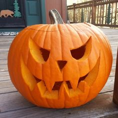 Creative pumpkin carving is one of the most enjoyable aspects of the Halloween season. Unfortunately, carved-pumpkin creations are quick to mold and rot. Here is one home remedy to keep your pumpkin in pristine condition. Citouille Halloween, Courge Halloween, Halloween School Treats, Adornos Halloween, Manualidades Halloween, Halloween Pumpkins, Halloween Season, Decoration Haloween, Diy Halloween Decorations
