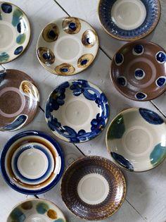 田村窯のやちむんは、正統派だ。ちょっとやそっとでは割れない強度を持った厚み。持った時に手のおさまりがいいフォルム。太い筆でランダムに描かれ、のびのびと南国らしい色模様。自然から生まれた釉薬 Japanese Bowls, Japanese Dishes, Japanese Ceramics, Japanese Pottery, Clay Tiles, Ceramic Clay, Ceramic Plates, Pottery Plates, Ceramic Pottery