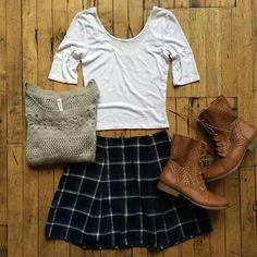 25e93b2b8bef3 Blusa blanca, falda de cuadritos azul marino, botines cafes, casual ♥  Alternative Rock
