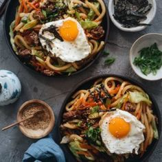 An easy fried udon recipe with a Chinese twist that yields a rich result that tastes like a beef burger. Peanut Butter Ramen, Easy Asian Recipes, Ethnic Recipes, Yaki Udon, Fried Udon, New Easy Recipe, Melon Soup, Tasty Vegetarian Recipes, How To Cook Eggs