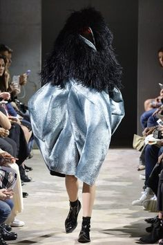 See the complete Comme des Garçons Spring 2016 Ready-to-Wear collection.  Princesa a67a5e8269f