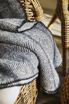 STRIMLÖNN plaid | IKEA IKEAnl IKEAnederland designdroom inspiratie wooninspiratie interieur wooninterieur woonkamer slaapkamer decoratie warm deken grijs wit wol visgraatpatroon tijdloos