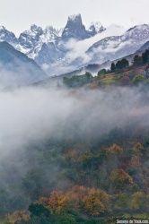 La nieve se une con el otoño para crear un paisaje más, del picu Urriellu (Asturies).