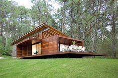 Diseño de casa de campo pequeña con moderna estructura de madera Mousse, Little White House, Staging, Villa, Construction, Cabin, House Styles, Design, Gardens