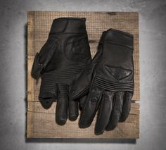 """The clever, magnetic """"flip-tip"""" finger and thumb allow you to use touchscreens without pulling off the entire full-finger motorcycle gloves. Harley Davidson Online Store, Index Finger, Harley Gear, Biker Gear, Motorcycle Gloves, Riding Gear, Cool Things To Buy, Camping Stuff, Men's Apparel"""