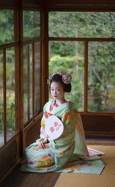 Maiko waiting.