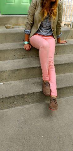 como combinar pantalones rosa