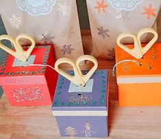 Weihnachtsgeschenke-Serie und Geschenkidee: Einfache, hübsche Schnur- und Scherenboxen - ZigZagFood: Familienblog, Foodblog, Do-it-yourself Ideen, Bastel-Blog Cute Crafts, Diy And Crafts, First Christmas, Christmas Gifts, Paper Shopping Bag, Activities For Kids, Gift Wrapping, Symbols, Letters