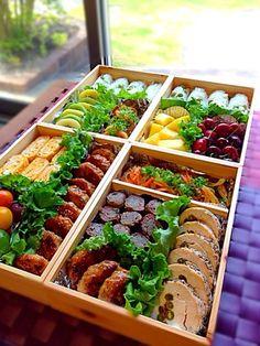 ランダムに詰めていくのもいいですが、四角いお弁当箱や重箱に、きっちりと列をそろえて並べていくのもきれいですね。プリーツレタスは、仕切り代わりになって、色合いもいいアクセントになります。