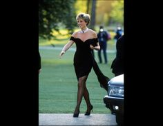 """Another pinned said-Princess Diana in the dress that she deliberately wore on the day that Prince Charles did his TV interview in which he announced to the world that he """"had never loved her."""" One of my favorite dresses and pictures of Lady Di Princess Diana Dresses, Princess Diana Fashion, Princess Diana Revenge Dress, Princess Diana Photos, Princess Diana Death, Princess Diana Family, Kleidung Design, Estilo Real, Diane"""