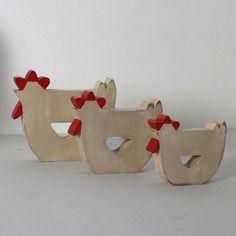 3 poules en bois crème et rouge patiné en décoration d'intérieur , de chambre , noël, personnalisés Plus