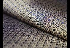 Ceci est une belle motifs minuscules Tissage Brocade Fabric dans l'or et bleu marine.  Vous pouvez utiliser ce tissu pour faire des robes, des tops, chemisiers, vestes, de l'artisanat, des...