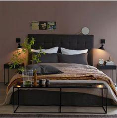 Déco d'une chambre taupe : Sur les murs une peinture taupe, associée à une tête de lit et oreillers couleur chocolat illuminée par des petites touches de doré.