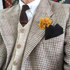 En skön gammal 50-talskavaj och stickad väst. Och en blomma i ylle från Svensk Slöjd.