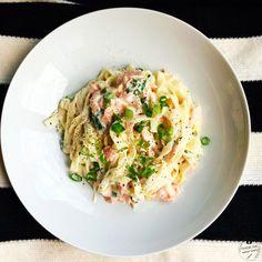Für die Tagliatelle mit Lachs-Frischkäsesauce und Frühlingszwiebeln benötigt man wenig Zutaten. Die Pasta ist schnell zubereitet, ideal als Feierabendküche.