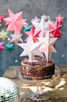 DIY bright paper stars perfect for cake toppers or party decorations Holiday Cakes, Holiday Parties, Diy Party Dekoration, Diy Girlande, Star Cakes, Paper Stars, Noel Christmas, Diy Weihnachten, Diy Paper