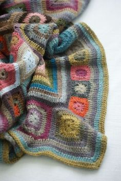 """La babette blanket de Fred """"On va voir si je m'y tiens"""" One of the prettiest Babette's I've seen. Crochet Home, Love Crochet, Learn To Crochet, Knit Crochet, Point Granny Au Crochet, Crochet Squares, Knitting Projects, Crochet Projects, Granny Square Blanket"""